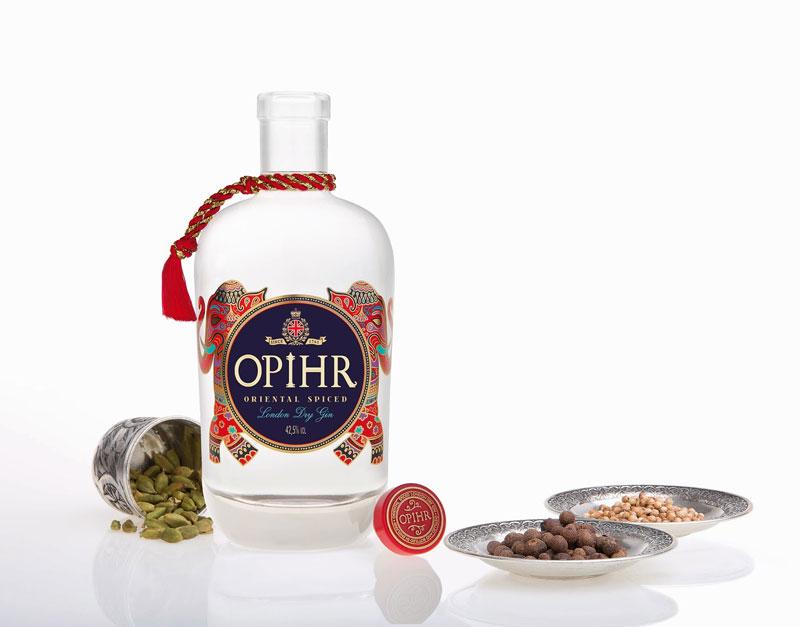 La bottiglia di Opihr gin e alcune delle botaniche utilizzate