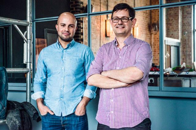 Da sinistra a destra: Alex Wolpert, fondatore della East London Liquor Company e Jamie Baxter, il master distiller