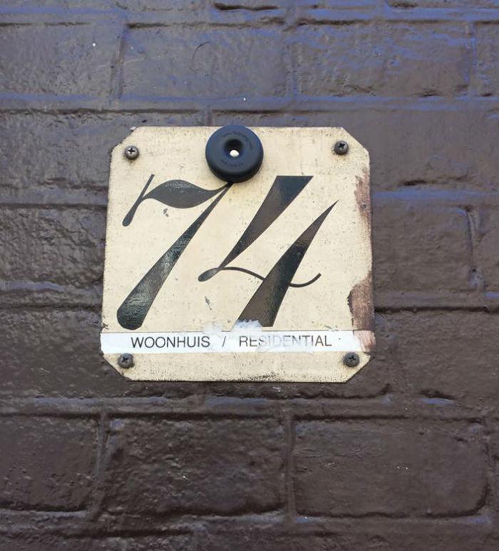 L'unico punto di riferimento per trovare lo speakeasy Door 74 ad Amsterdam, il numero civico