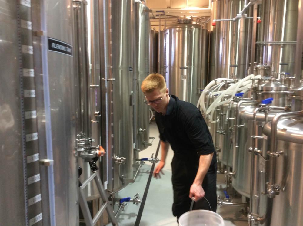 Alex Davies al lavoro presso la Kyoto Distillery