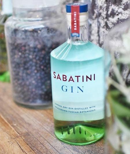 La bottiglia di Sabatini Gin raffigurante i colli toscani