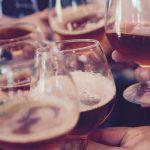 Bere fa bene: lo dice la scienza (in compagnia e senza esagerare)
