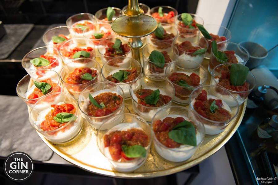 Bicchierini di mozzarella di bufala, pomodoro e basilico
